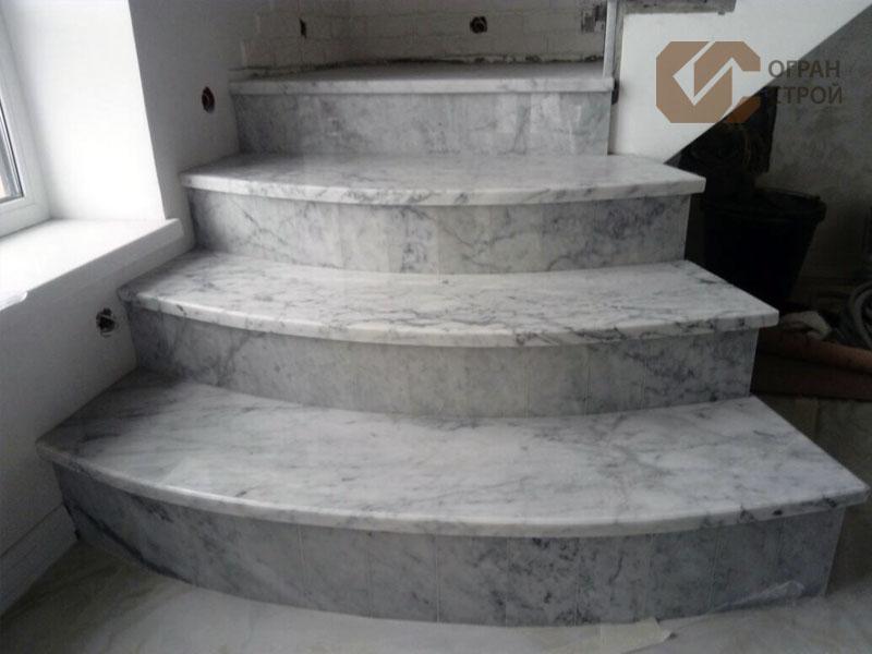 Лестница-мрамор-Бьянка-Каррара